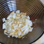 режем яйца, сваренные вкрутую