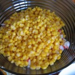 выкладываем кукурузу в салат
