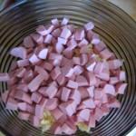 докторскую колбасу нарезаем кубиками