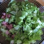 листья салата режем и добавляем в салат