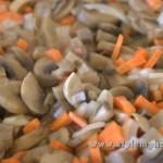 обжариваем грибы с морковью и луком