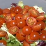 режем помидоры на 2 части