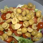 оливки режем тоже на 2 части