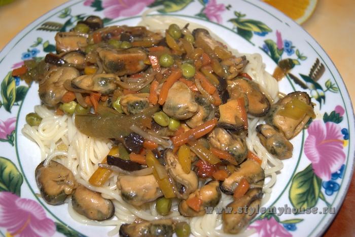 Мидии с овощами и соусом терияки