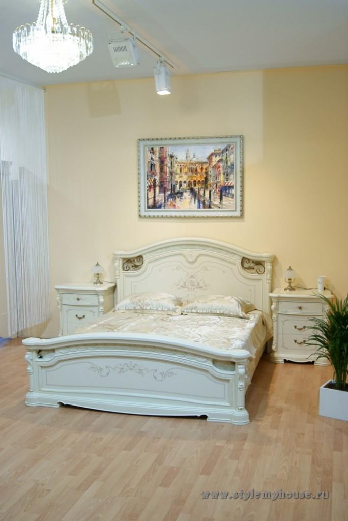 Картина дополняет интерьер с белой кроватью