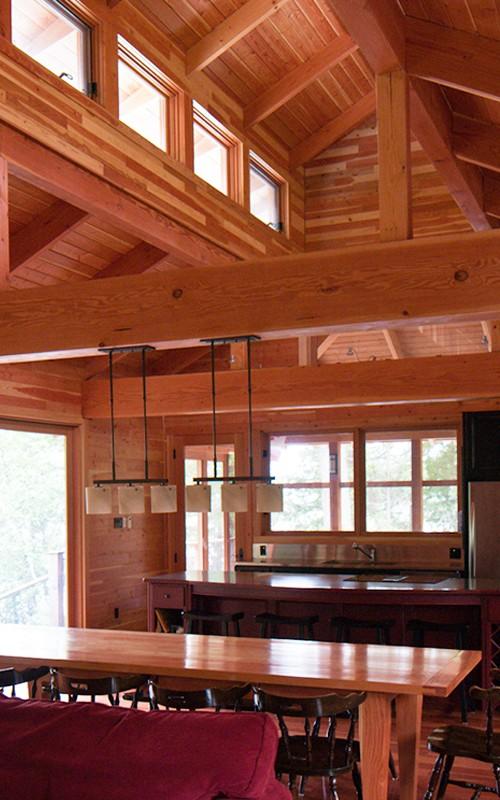 гостиная со столовой в деревянном коттедже