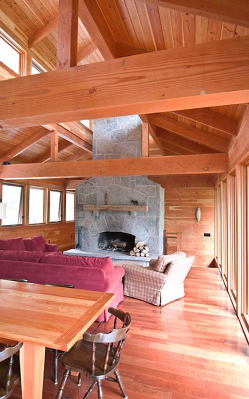 каминная зона в деревянном доме