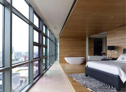спальня и ванная в квартире со свободной планировкой