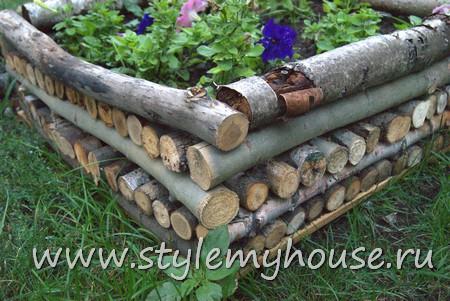 Клумба из ствола дерева