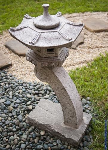 элемент японского сада -фонарик