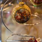 новогодний шар со старинным сюжетом