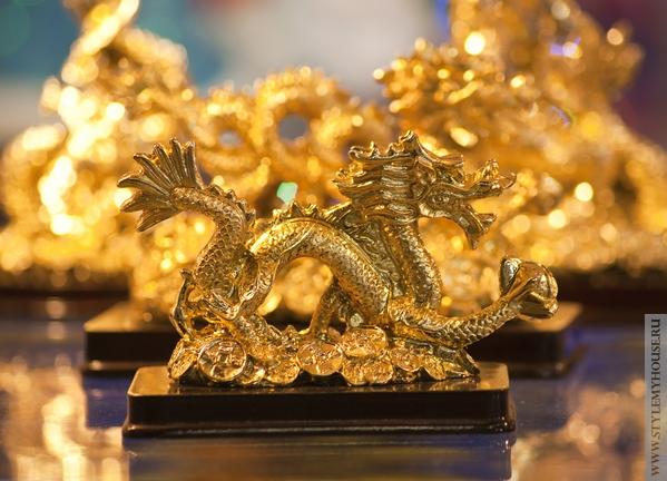 золотой дракон - фигурка для украшения стола на Новый Год