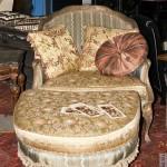 антикварное кресло и пуф