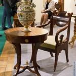антикварный кофейный стол и кресло