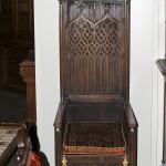антикварное кресло в готическом стиле
