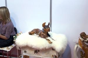 деревянная фигурка собаки