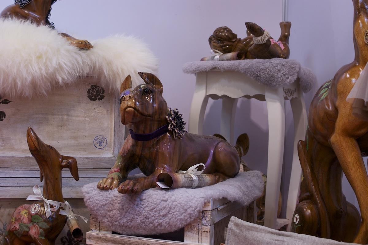 деревянная скульптура собаки