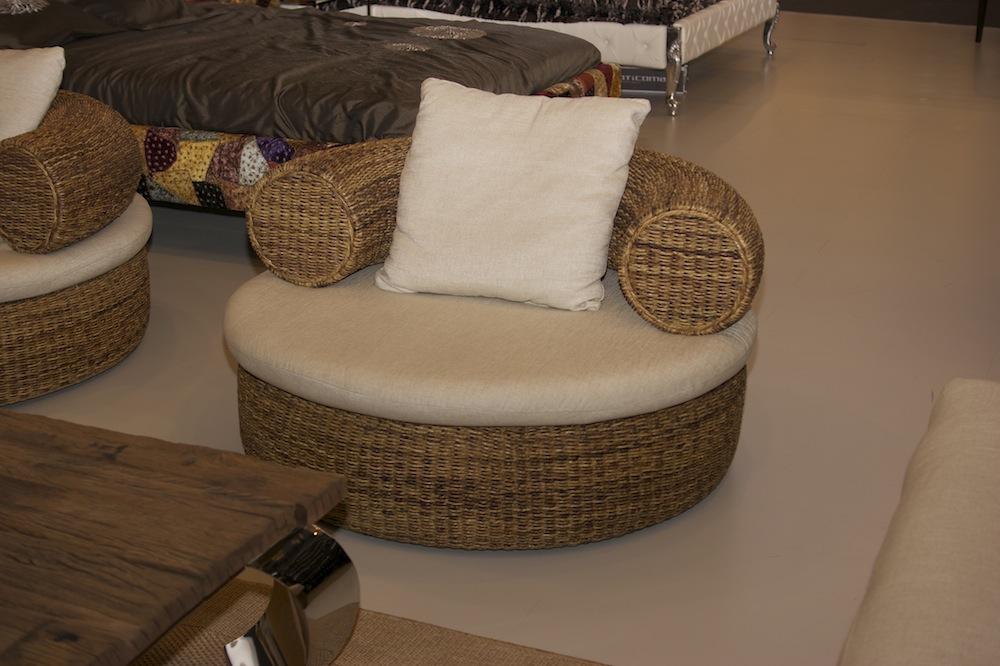 плетеное кресло в колониальном стиле