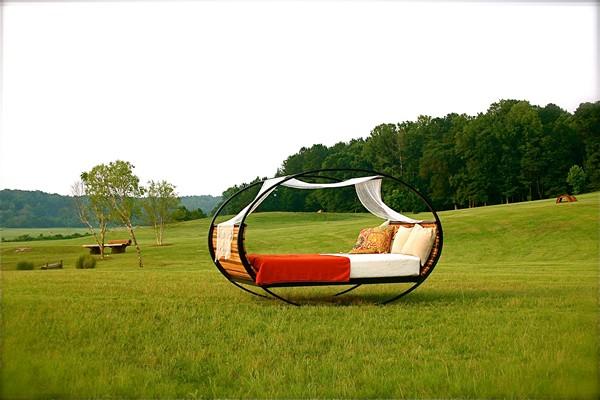кровать качалка на природе