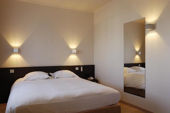 настенные светильники в спальне