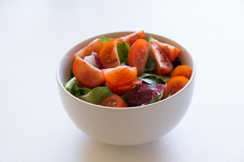 добавляем помидоры в салат
