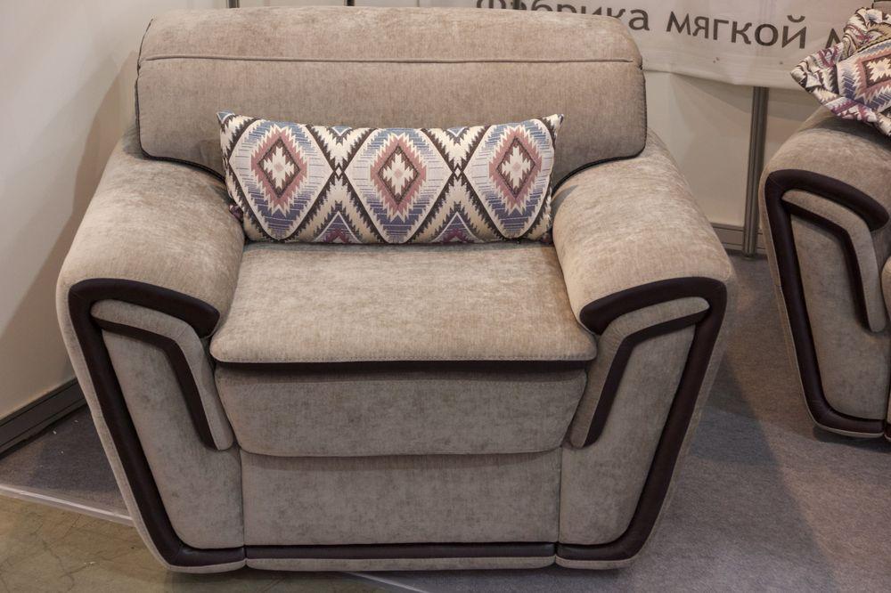 кресло с подушкой в этническом стиле