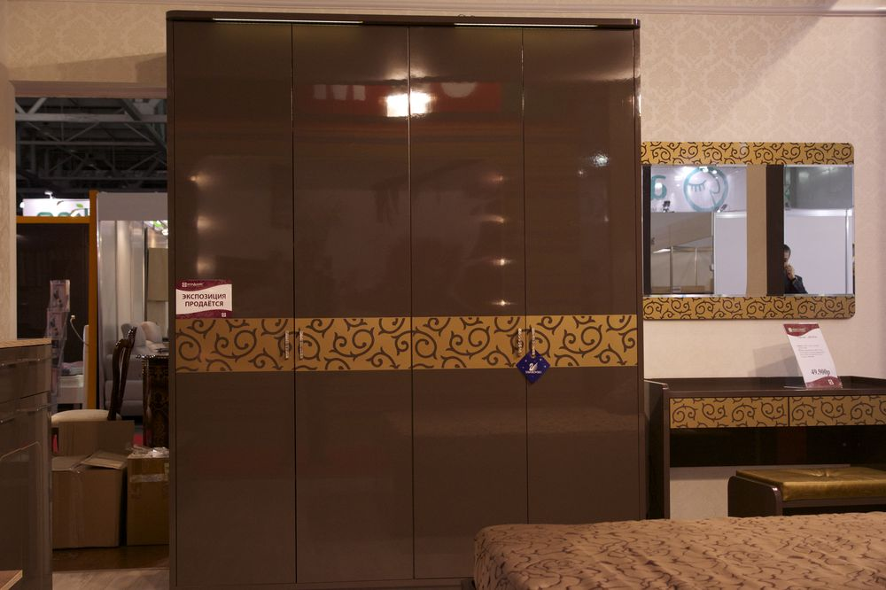шкаф в коричневой спальне