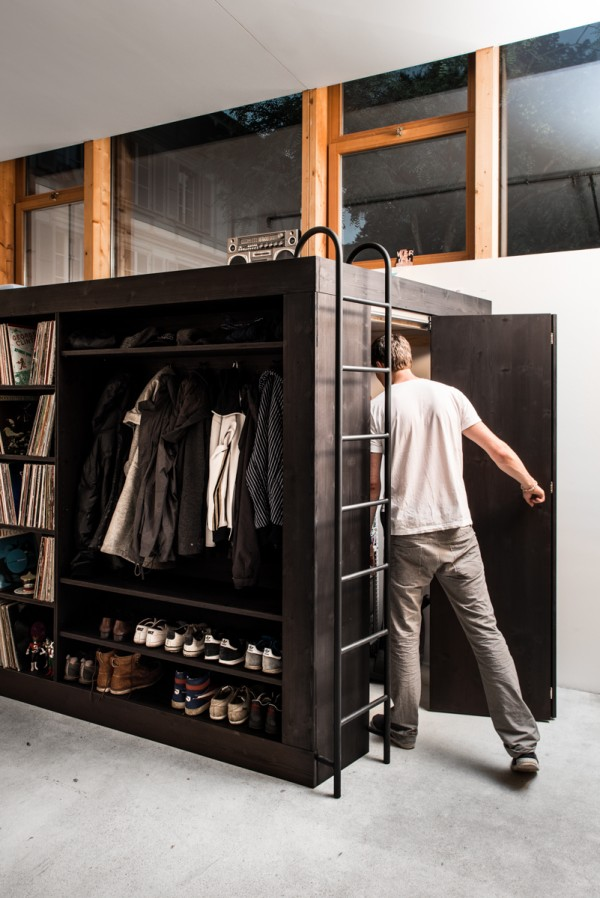 дверь внутрь системы хранения вещей
