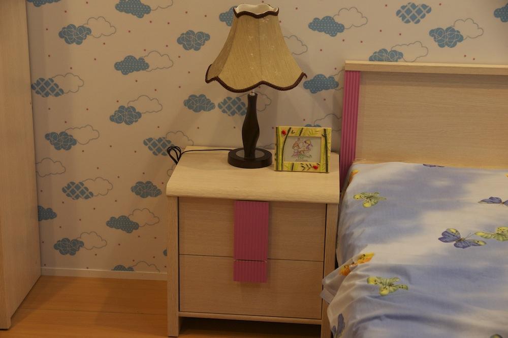 тумбочка с лампой для кровати