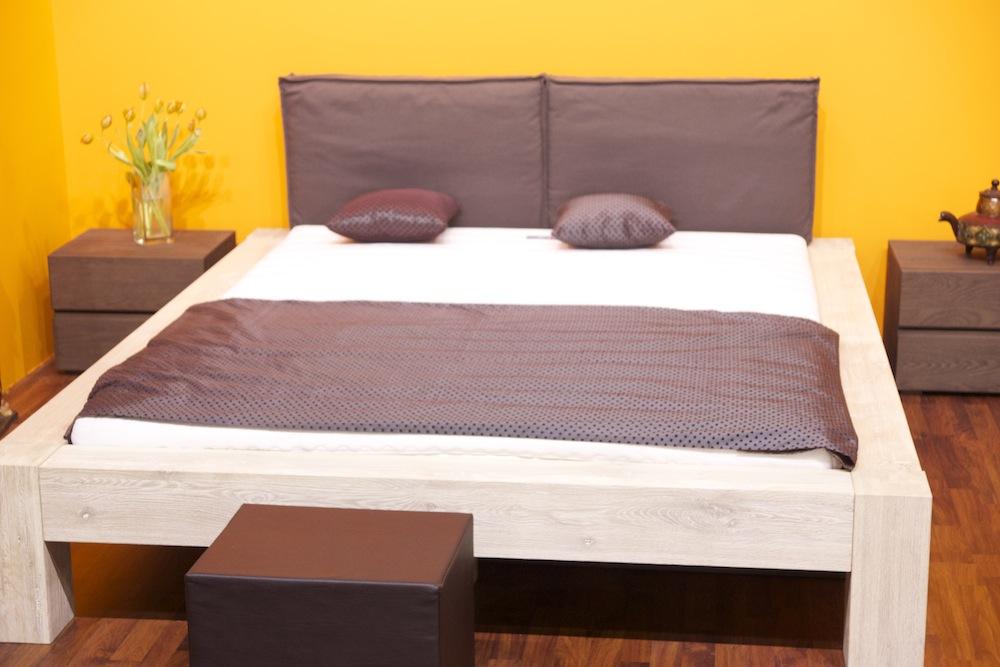 кровать м пуфик в японской спальне