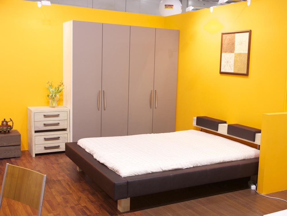 кровать и шкаф в японской спальне