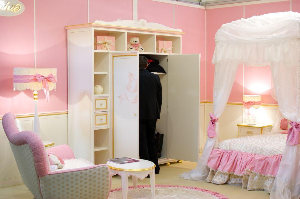 платяной шкаф в розовой спальне