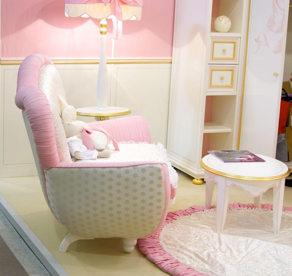 кресло с розовой отделкой для гламурной спальни