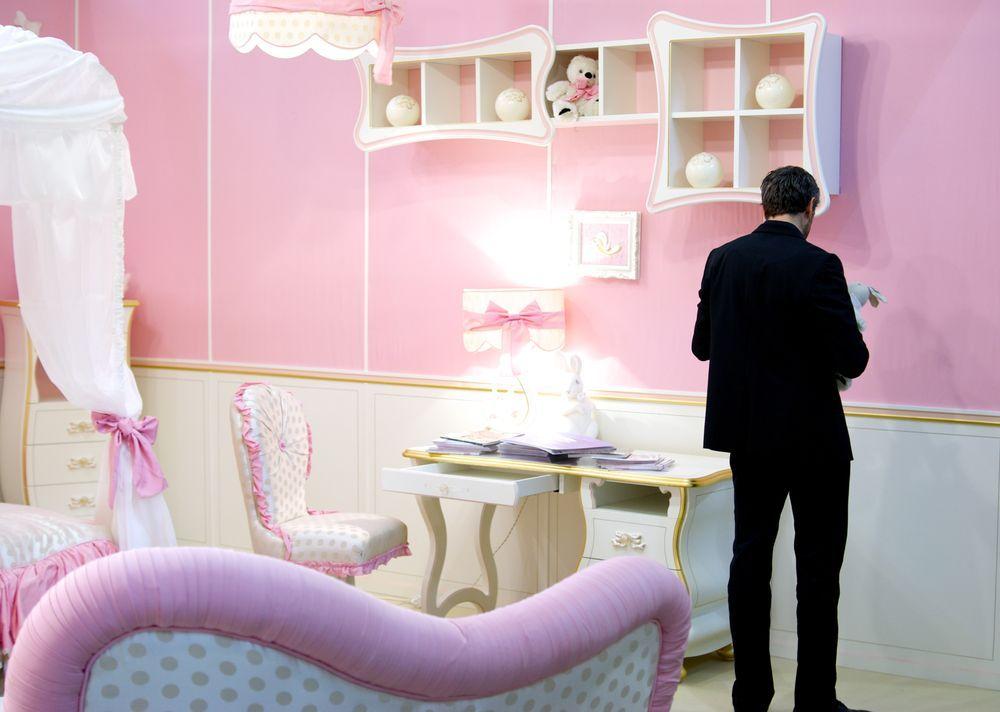 стол и полки для розовой спальни