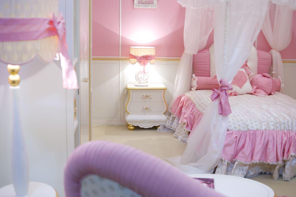 тумбочка в розовой спальне